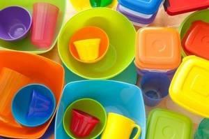 7-sposobov-udalit-nepriyatnye-zapahi-s-plastikovoj-posudy-posle-piknika